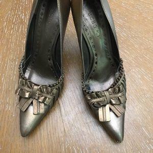 Shoes - BCBG Gold w/ Bows Heels Size 8